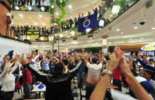 Flash mob da torcida do Cruzeiro no Diamond Mall, shopping do Atlético em Belo Horizonte
